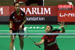 Lisa Ayu/Vanadia Pranasa (Djarum Kudus) menyambut serve